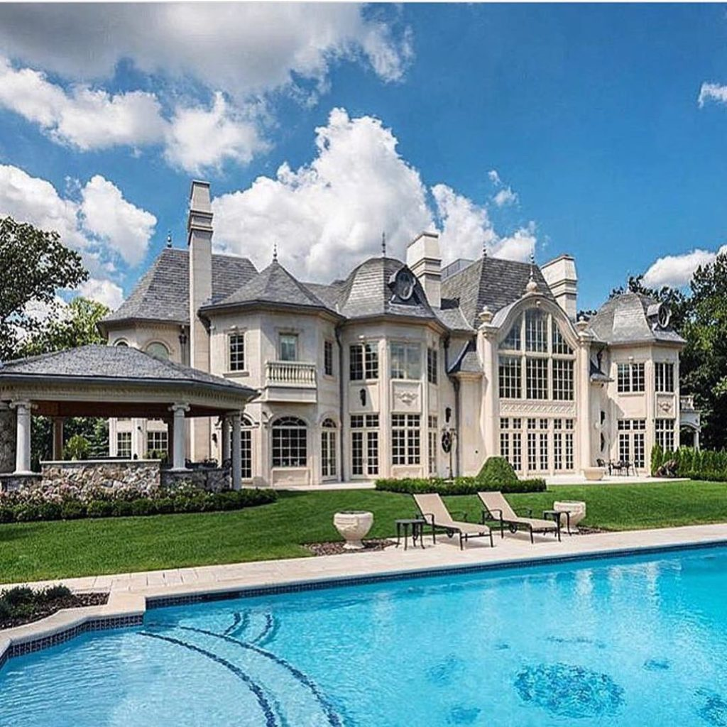 15 luxury homes with pool millionaire lifestyle dream for Beautiful house with swimming pool