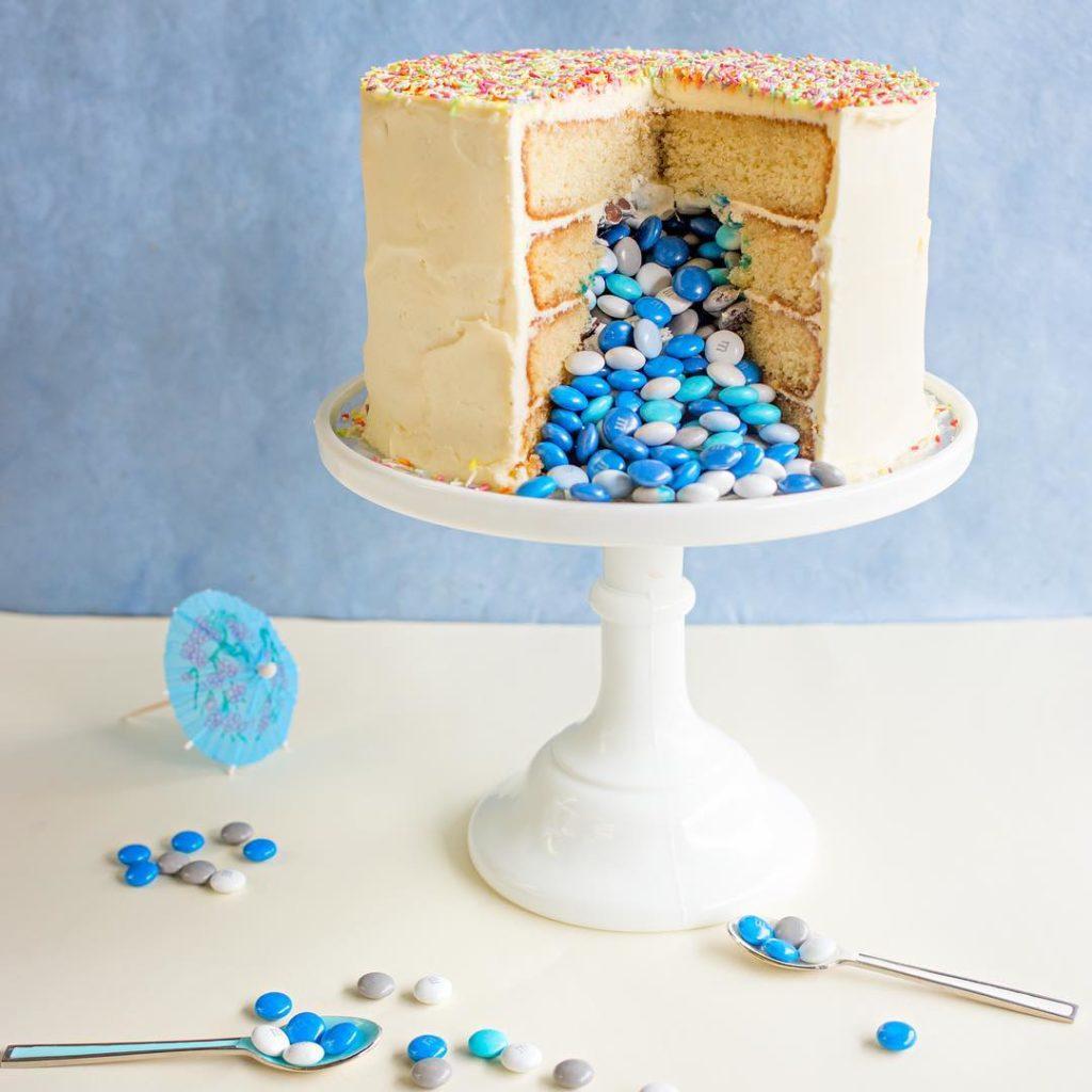 Pinata cake gender reveal @marylousbakehouse